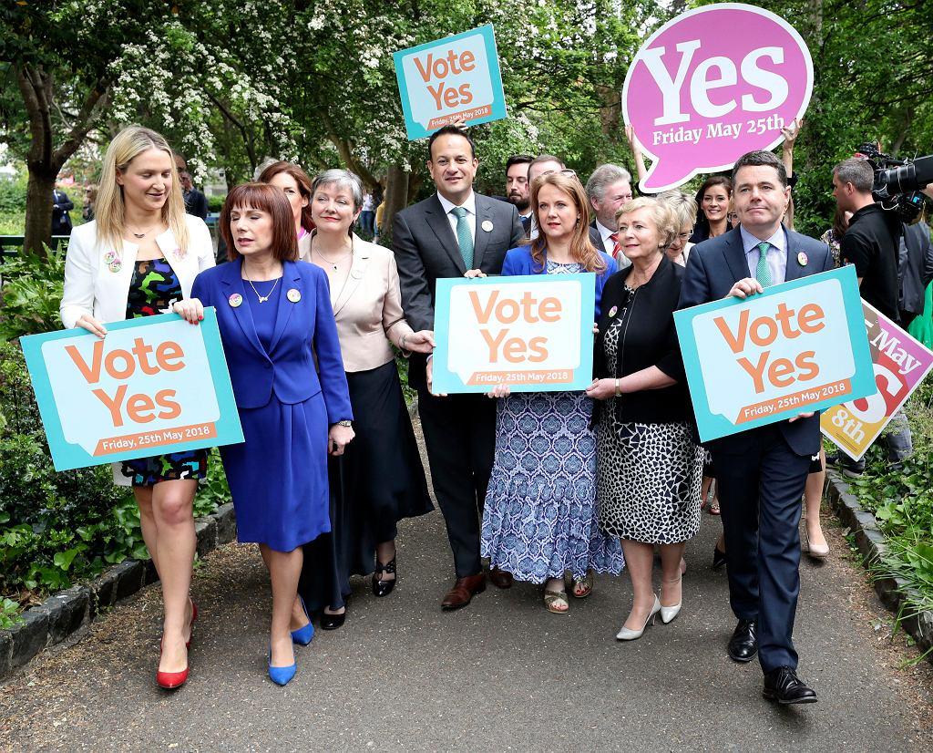 Premier Irlandii Leo Varadkar z członkiniami i członkami swojej partii Fine Gael