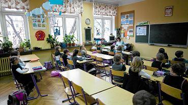 W Gdańsku do pierwszych klas szkół podstawowych poszło w tym roku 3 936 sześciolatków na 4 969 dzieci urodzonych w 2009 roku, w Gdyni 1 848 na 2 544, a w Sopocie 170 na 260. Pozostałe sześciolatki trafiły do przedszkoli, punktów przedszkolnych oraz do zerówek
