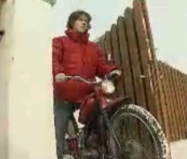 Antoni Królikowski na motorowerze Komar