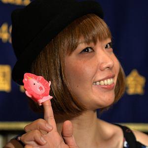 Megumi Igarashi, czyli Rokudenashiko i jej maskotka Manoko-chan.