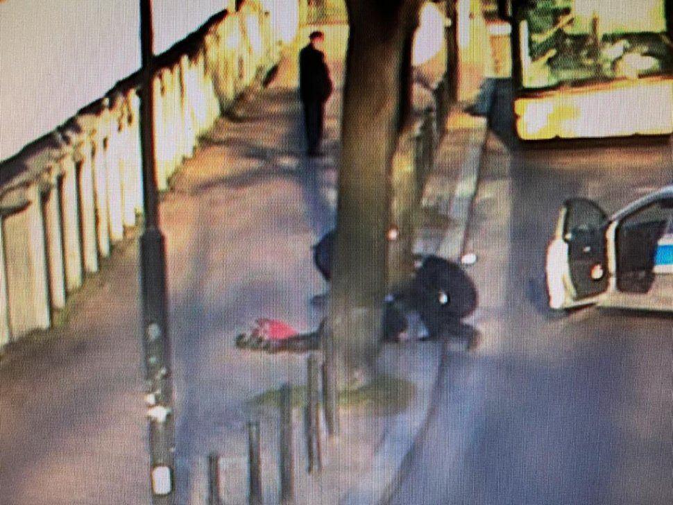 Gliwice. Starszy człowiek nagle upadł na ziemię. Policjanci pomogli w jego ratowaniu