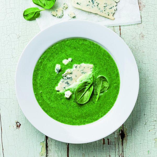 Zupa ze świeżego szpinaku z dodatkiem sera pleśniowego - danie wegetariańskie na Wielkanoc