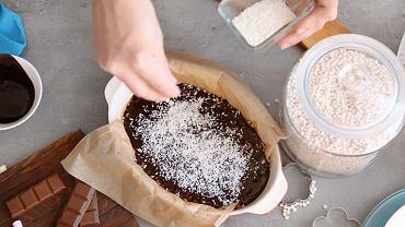 Ciasto bajaderka bez pieczenia każdy zrobi bez problemu. Można do niego wykorzystać resztki ciast, również te przyschnięte i twardawe