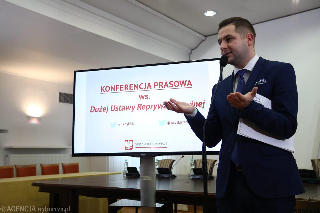 Wiceminister sprawiedliwości w rządzie PiS Patryk Jaki prezentuje projekt ustawy reprywatyzacyjnej. Warszawa, 11 października 2017