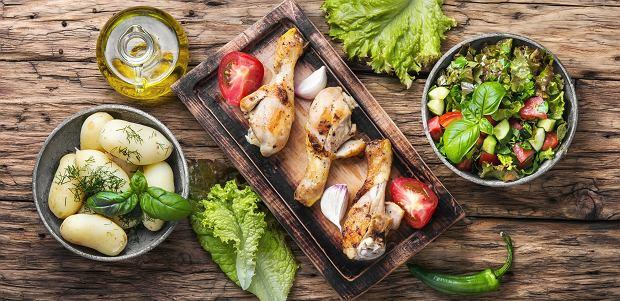 Nie bój się jeść! Jednym z najgorszych błędów jest pomijanie posiłku przedtreningowego, ale jeszcze gorsze efekty przynosi głodzenie się po treningu.