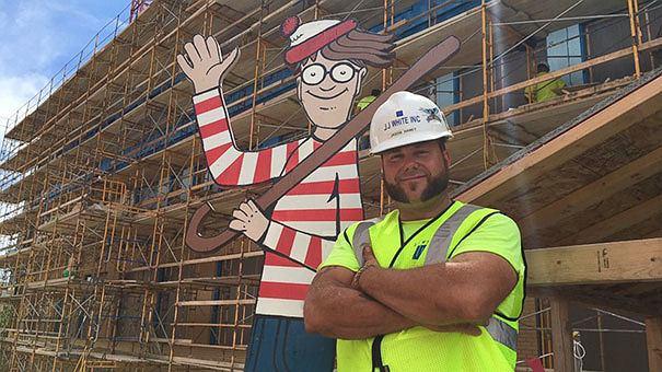 Jason Haney i jego dzieło - kartonowy Wally