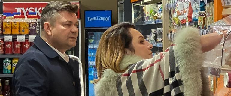 Zenek Martyniuk z żoną w spożywczaku po premierze filmu o nim samym. Danuta miała drogą torbę