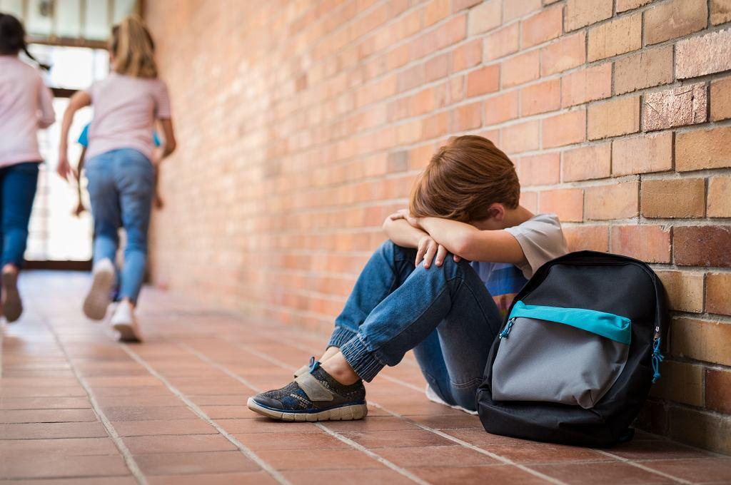 Przez tiki nerwowe dzieci mogą czuć się wyobcowane.