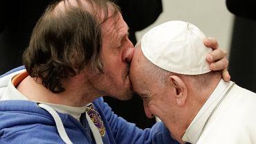 Watykan. Wierny zaskoczył papieża Franciszka. Pocałował go w czoło