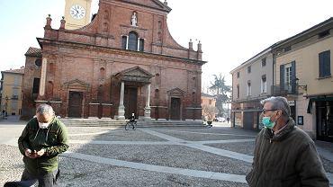 Koronawirus we Włoszech, mieszkaniec Codogno przed kościołem.