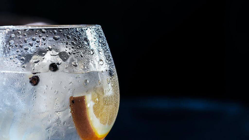 wypicie szklanki ciepłej wody z cytryną pozytywnie wpływa na nasz metabolizm