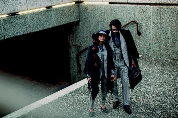 Dobrze dobrani. Na Pitti przyjeżdżają też kobiety. Para w podobnych garniturach to dość typowy widok na włoskich targach.