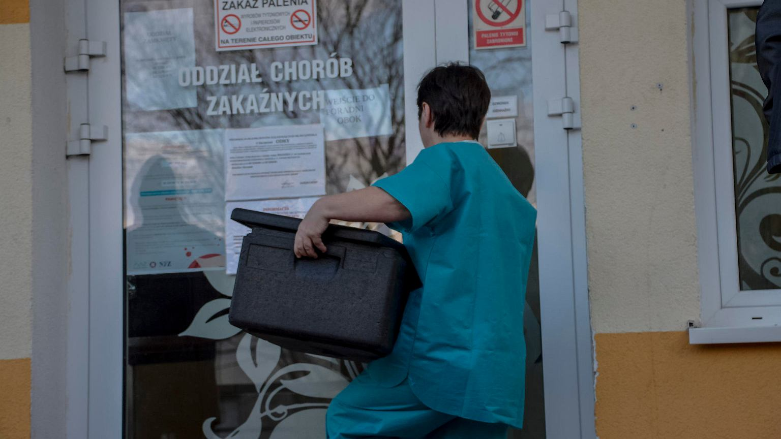 Koronawirus w Polsce. Żona pierwszego zakażonego pacjenta uspokaja: Musi po prostu odpoczywać