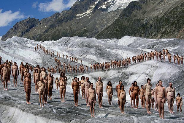 Rok 2007, słynny fotograf Spencer Tunick fotografuje dla Greenpeace'u 'powrót do stanu pierwotnego', żeby ostrzec przed globalnym ociepleniem. Harari: 'Istoty ludzkie mają ciała. W ciągu ostatniego wieku technologia oddalała nas od naszych ciał. Tracimy zdolność zwracania uwagi na to, co wąchamy i co smakujemy'