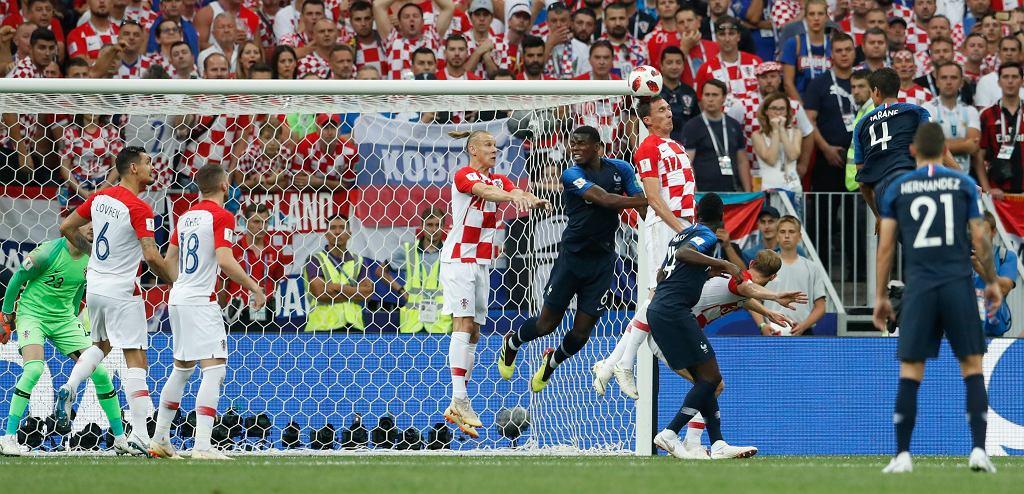 Mario Mandżukić niechcący kieruje piłkę do własnej bramki