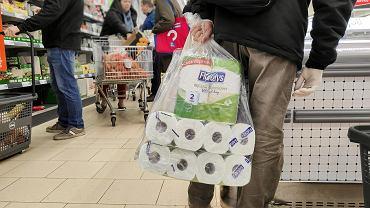 Jak papier toaletowy stał się towarem pierwszej potrzeby. Linie produkcyjne pracują 24 godziny na dobę