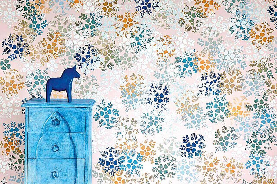 W KILKU KOLORACH. Ściana ozdobiona wzorem naniesionym wałkiem wygląda jak wytapetowana. WALL PAINT, kolory: Antoinette, Original, Duck Egg Blue, Versailles i Napoleonic Blue, 275 zł/l, Annie Sloan