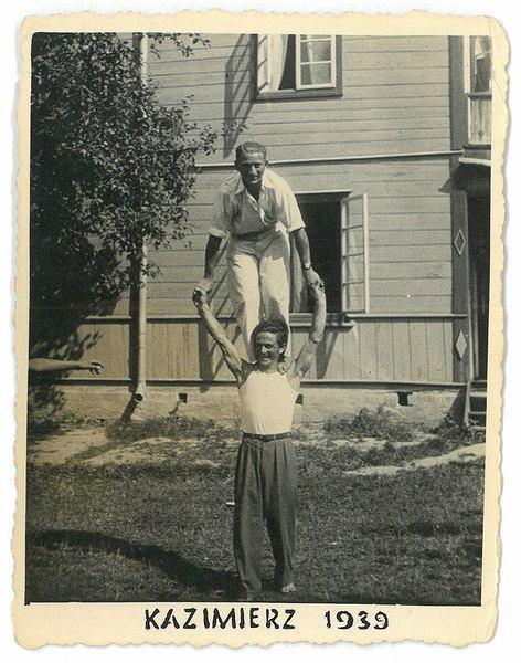 David Lipstadt stoi na ramionach nieznanego mężczyzny.