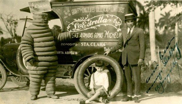 Bibendum (dość okropny ludzik, który chyba właśnie przestraszył dziecko)  przy reklamowym  samochodzie - takie jeździły w Santa Clara w 1926 r.