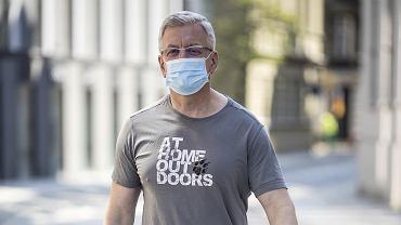8 kwietnia, Jacek Jaśkowiak na ulicy obok urzędu miasta