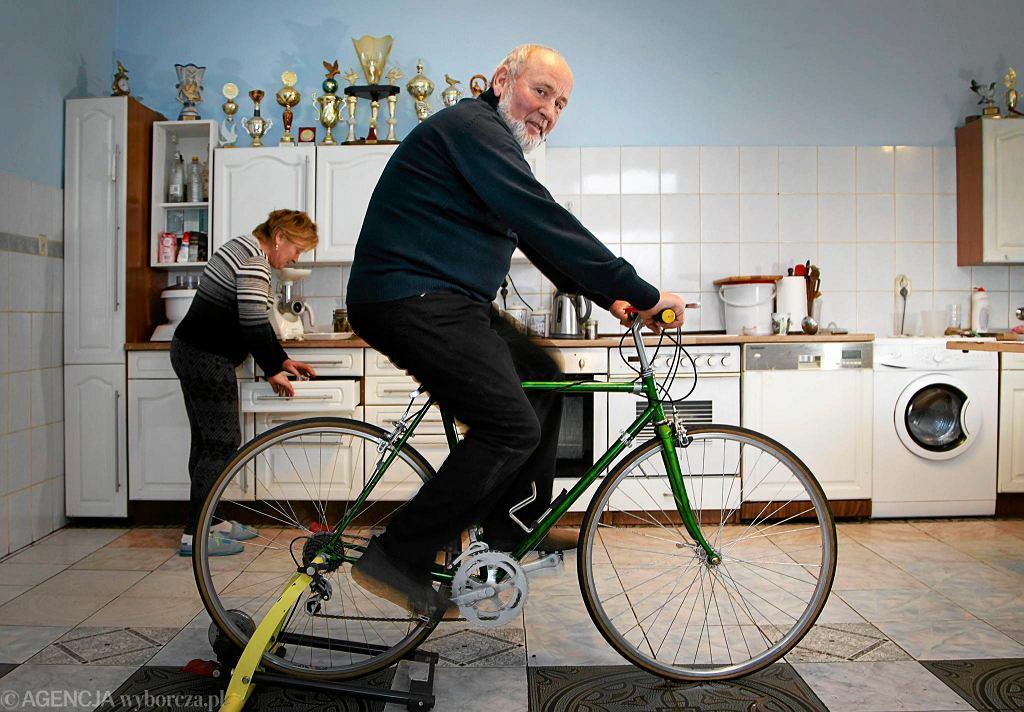 Stary rower Zygmunt Hanusik przerobił na stacjonarny. Stoi teraz w kuchni.
