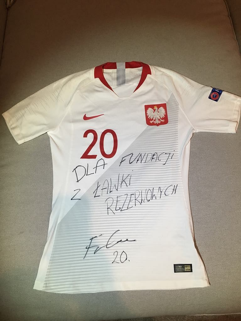 Koszulka reprezentacji Polski, którą Przemysław Frankowski przekazał fundacji 'Z ławki rezerwowych'