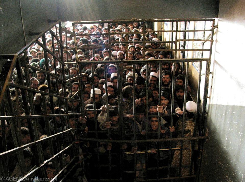 Kino w Kabulu otwarte po latach terroru talibów. Tłum mężczyzn czeka od rana na otwarcie kas; 29 listopada 2011 r.