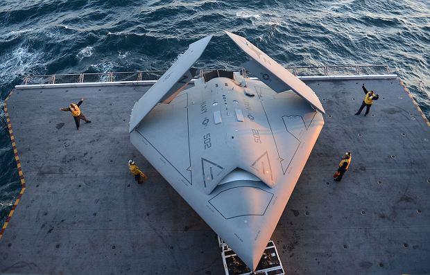 Eksperymentalny dron X-47B na windzie lotniczej lotniskowca US Navy