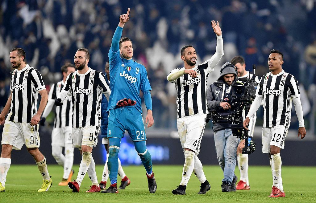 Wojciech Szczesny and other players celebrate their victory for 1-0 over Roma.
