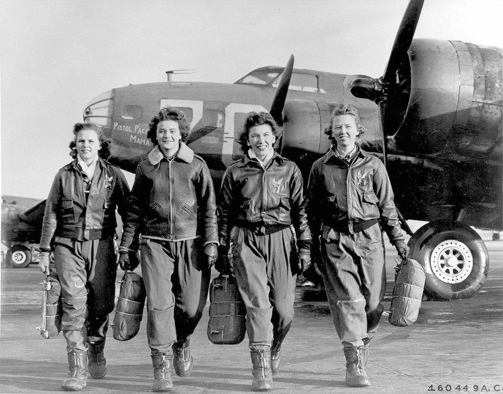 Pilotki WASP na tle Latającej Fortecy (boeinga B-17), bombowca dalekiego zasięgu. Od lewej: Frances Green, Margaret (Peg) Kirchner, Ann Waldner i Blanche Osborn.