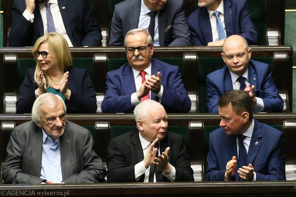 Jarosław Kaczyński i jego partyjni podwładni podczas expose premiera rządu PiS Mateusza Morawieckiego