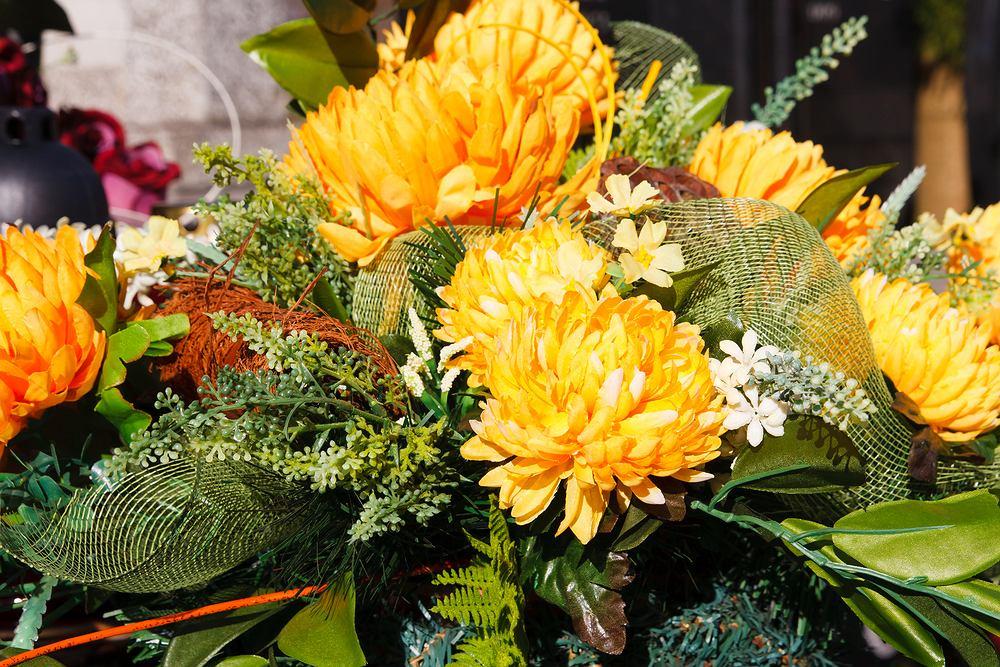Wiązanki na Wszystkich Świętych bardzo często komponowane są z chryzantem, które są typowo jesiennymi kwiatami, w dodatku są dość wytrzymałe i trwałe.