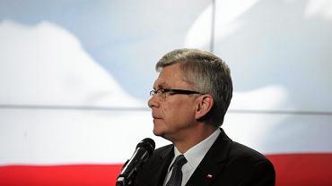 """<b>Stanisław Karczewski - zdrowie</b><br/>Chirurg, wicemarszałek Senatu, do niedawna w dalszych szeregach partii, dziś rzecznik sztabu wyborczego PiS. Jeden z najbardziej zaufanych ludzi Jarosława Kaczyńskiego, ma właściwie nieograniczony dostęp do prezesa - mówią osoby związane z PiS. <br/><br/><a href=""""https://www.facebook.com/sharer/sharer.php?app_id=312340198854900&u=http://metrocafe.pl/metrocafe/1,145523,18823781,zobacz-kogo-szef-pis-wybral-beacie-szydlo-na-ministrow.html"""" onclick=""""window.open('https://www.facebook.com/sharer/sharer.php?app_id=312340198854900&u=http://metrocafe.pl/metrocafe/1,145523,18823781,zobacz-kogo-szef-pis-wybral-beacie-szydlo-na-ministrow.html','','width=600,height=400,left='+(screen.availWidth/2-300)+',top='+(screen.availHeight/2-200)+'');return false;"""" shape=""""rect""""><img src=""""https://bi.im-g.pl/im/61/c3/ec/z15516513Q.jpg"""" style=""""max-width: 100%""""></a>"""