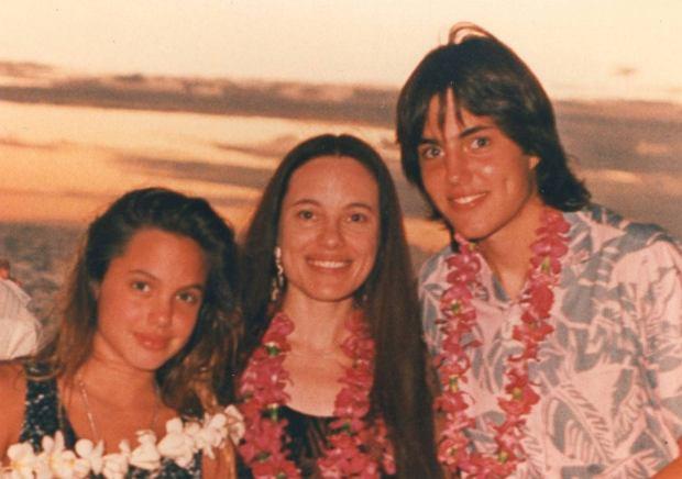 13-letnia Angelina Jolie z matką i bratem Jamesem