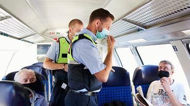 Policja sprawdza, czy pasażerowie pociągu noszą maseczki, Niemcy, 5 sierpnia 2020.