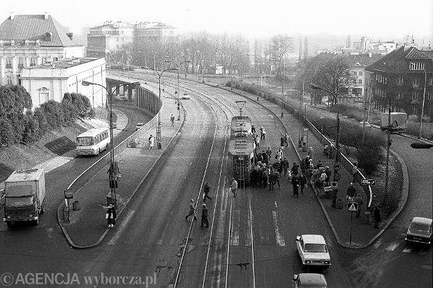 01.1990 Warszawa , przystanek tramwajowy na Trasie WZ . Fot. Piotr Wojcik / Agencja Gazeta