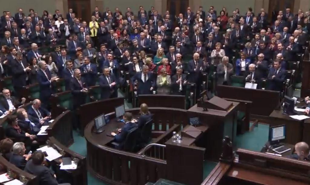 Posłowie skandują 'precz z komuną!' przed głosowaniem na ustawą degradacyjną