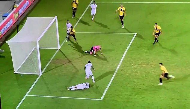 Strzelił gola pomagając koledze