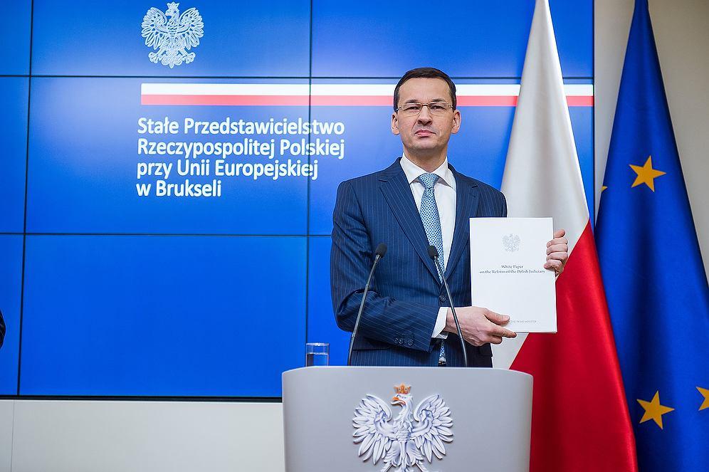 Premier Mateusz Morawiecki z 'białą księgą'
