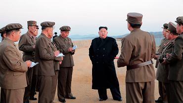 Satrapa Korei Północnej Kim Dzong Un obserwuje testy nowej broni taktycznej (zdjęcie dostarczone przez tamtejsze, reżimowe media). 16 listopada 2018