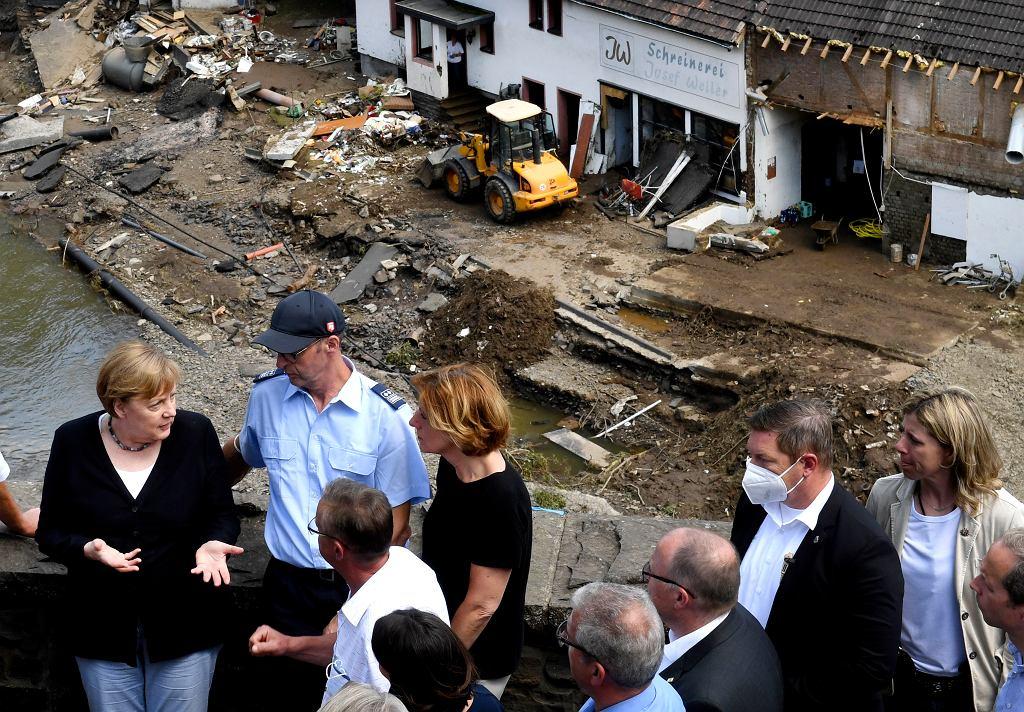 Niemcy. Angela Merkel na terenach spustoszonych przez powódź.