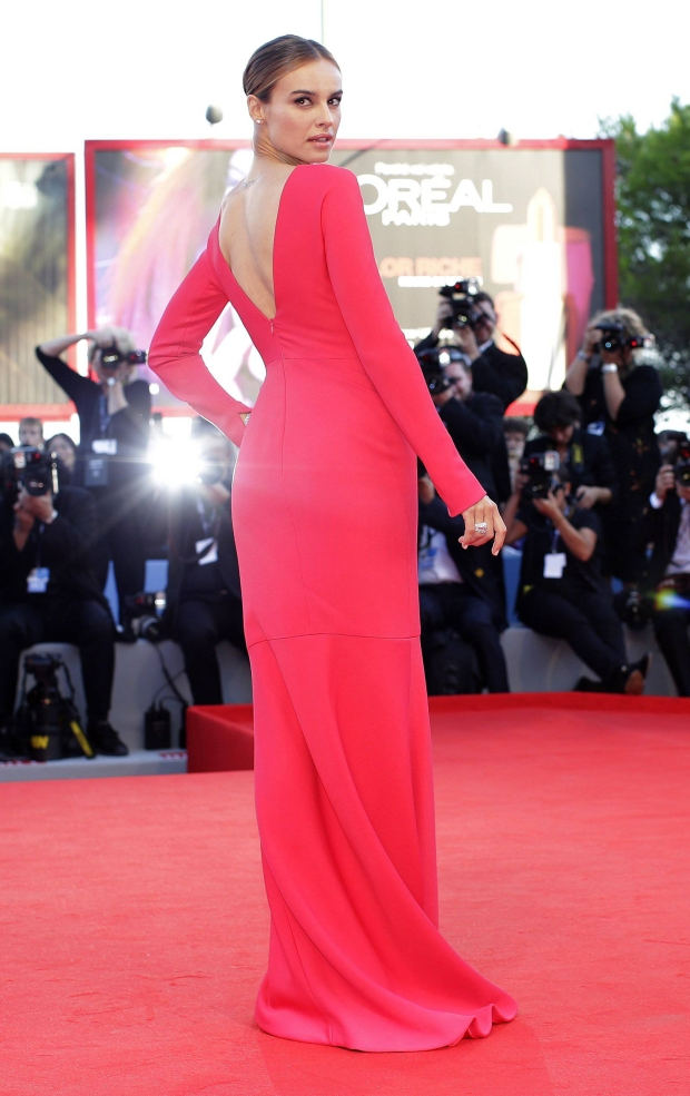 """Polish actress Kasia Smutniak, patroness of the 69th Venice Film Festival, poses on the red carpet of the movie """"The Reluctant Fundamentalist"""" August 29, 2012. REUTERS/Tony Gentile (ITALY - Tags: ENTERTAINMENT)"""