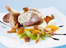 Faszerowane udka kacze z purée ziemniaczanym, karmelizowanymi warzywami i smażonymi kurkami - ugotuj