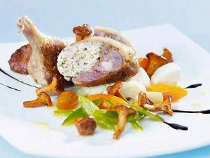 Faszerowane udka kacze z purée ziemniaczanym, karmelizowanymi warzywami i smażonymi kurkami