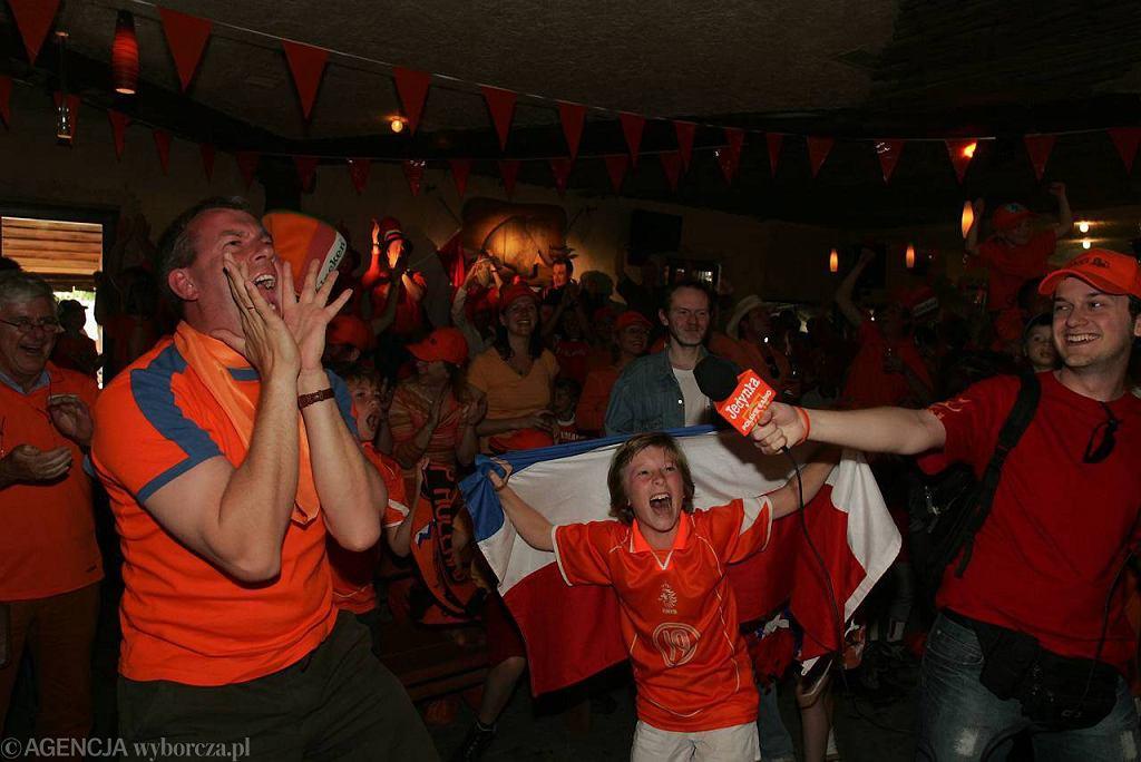 Kibice oglądają mecz Mistrzostw Świata w piłce nożnej 2006 w pubie Lolek