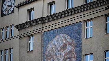 Portret Gerarda Cieślika na gmachu UM w Chorzowie