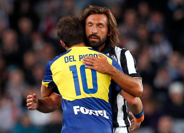Alessandro Del Piero (L) of Australia's A-League All Stars is hugged by Juventus' Andrea Pirlo as he leaves the field during their friendly soccer match at Stadium Australia in Sydney August 10, 2014.     REUTERS/David Gray   (AUSTRALIA - Tags: SPORT SOCCER) SLOWA KLUCZOWE: :rel:d:bm:GF2EA8A0V8601
