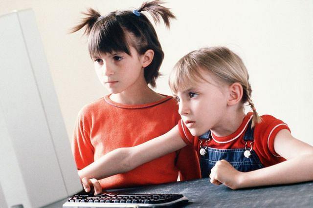 Ponad połowa sześciolatków ma styczność z internetem, z sieci korzysta też 83 proc. 8-9-latków i 94 proc. 15-latków - wynika z badania Diagnoza Społeczna 2013