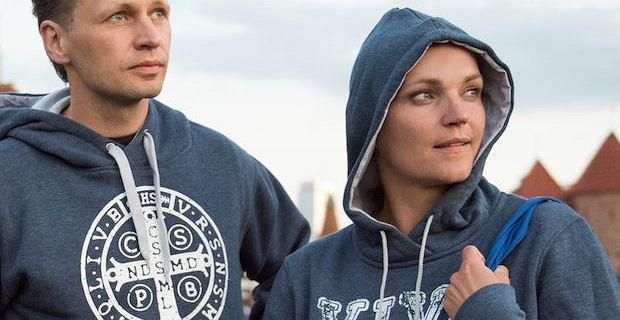 Dominika Figurska sprzedaje z mężem... chrześcijańskie bluzy. ''Idealne na prezent''