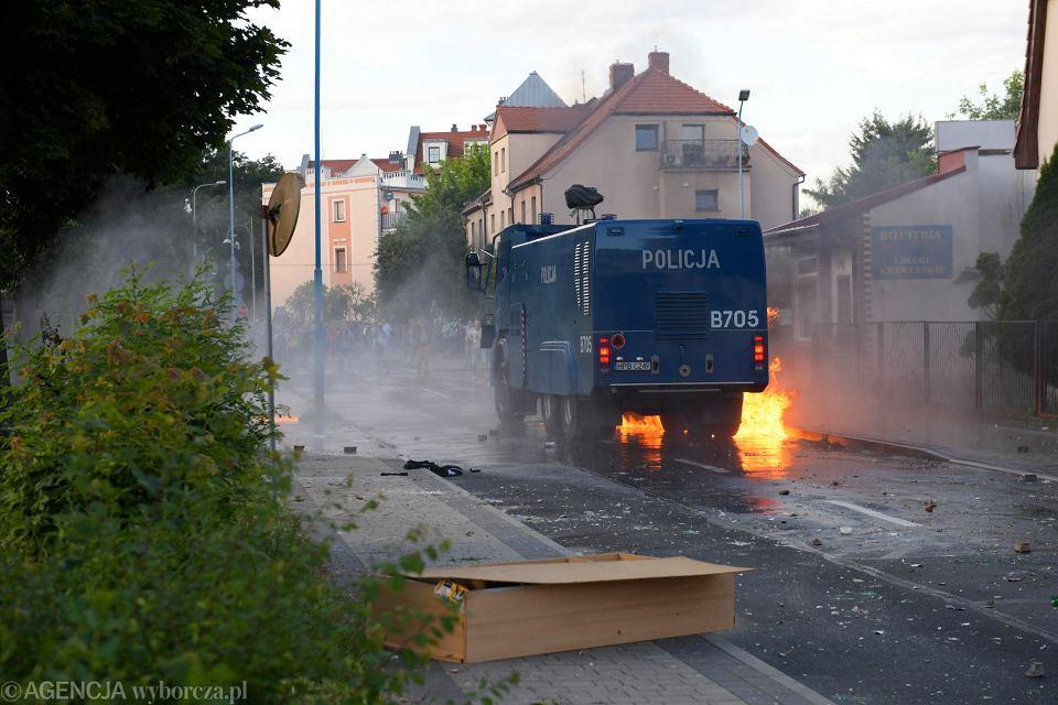 Lubin. Zamieszki pod komisariatem policji po śmierci mężczyzny na Traugutta, 08.08.2021